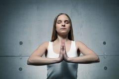 Position de jeune fille et méditer Image libre de droits