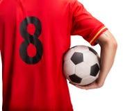 Position de joueur de football avec une boule d'isolement sur le blanc photo stock