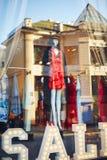 Position de mannequin dans l'affichage de fenêtre de magasin photographie stock