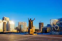 Position de monument de Skaryna à l'entrée à la bibliothèque publique Première sculpture en éditeur images libres de droits