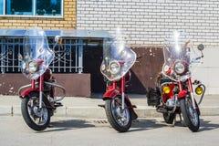 Position de moto de trois JAVA rétro contre le mur /xhibition de vieille moto soviétique JAVA dehors pendant les vacances du jour image stock