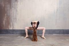 Position de Plie Danseur féminin élégant se déplaçant avec élégance photos stock