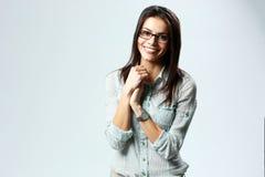 Position de port en verre de jeune femme d'affaires gaie Photo stock