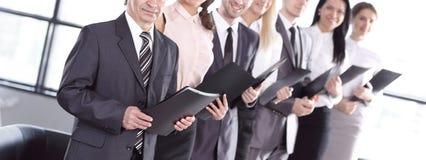 Position de presse-papiers de participation d'?quipe d'affaires dans le bureau images stock