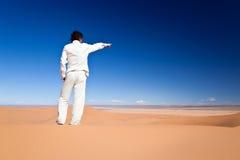 position de sable d'homme de dune photographie stock libre de droits