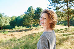 Position de sourire de femme plus âgée en nature Images libres de droits