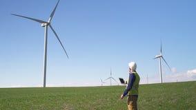 Position de spécialiste près de moulin de vent et information de vérification sur t banque de vidéos