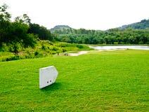 Position de T-off dans le domaine de golf photographie stock