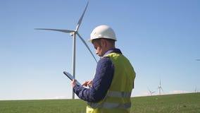 Position de technicien près de moulin de vent et notes de fabrication dans des RP de comprimé banque de vidéos