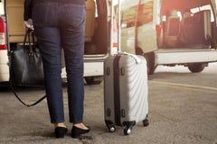 Position de touristes de femme avec le taxi de attente de bagage Image stock