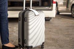 Position de touristes de femme avec le taxi de attente de bagage Image libre de droits