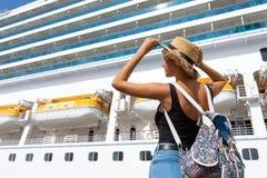 Position de touristes de femme devant le grand revêtement de croisière, femelle de voyage photographie stock libre de droits