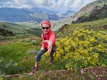 Position de touristes de jeune femme sur le bord du ` s de falaise Images libres de droits