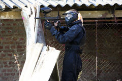 Position der Paintballspieler-Holding Stockfoto