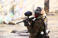 Position der Paintballspieler-Holding Stockfotos