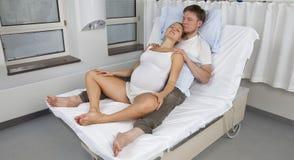 Position droite de naissance, se reposant avec l'associé Photographie stock