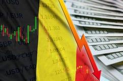 Position en baisse de dollar US de drapeau et de diagramme de la Belgique avec une fan des billets d'un dollar illustration stock