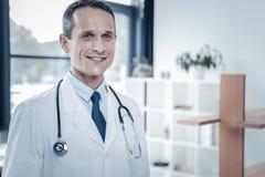 Position et sourire agréables responsables de médecin Photo libre de droits