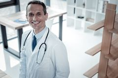 Position et sourire fiables sûrs de docteur Photographie stock