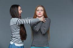 Position fâchée folle de femme et jeune femelle choquée de étranglement Photo stock