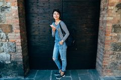 Position femelle asiatique devant la grande porte de porte photos stock