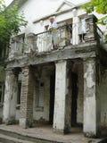 Position femelle de docteur sur le balcon dans le quartier défavorisé photographie stock libre de droits