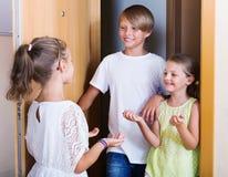 Position gaie heureuse de trois enfants Photographie stock libre de droits