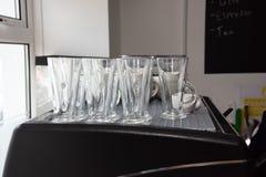 Position grande : Les verres de Latte se tiennent dans la ligne images stock