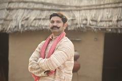 Position indienne d'homme de portrait à sa maison dans le village images stock