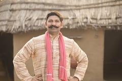 Position indienne d'homme de portrait à sa maison dans le village image libre de droits