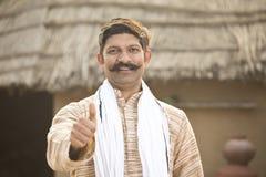 Position indienne d'homme de portrait à sa maison dans le village photographie stock