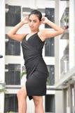 Position jeune de robe de Filipina Girl Posing Wearing A photographie stock libre de droits
