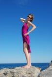 position magnifique de roche de fille photo stock