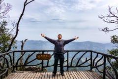 Position masculine caucasienne d'homme sur la montagne de Tianman, Zhangjiajie, Chine photos stock