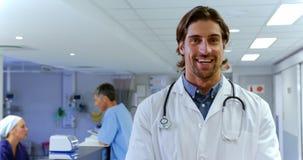 Position masculine de docteur dans l'hôpital 4k banque de vidéos