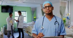 Position masculine de docteur dans la salle à l'hôpital 4k banque de vidéos