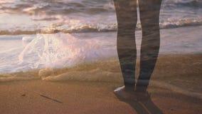 Position nu-pieds sur la plage banque de vidéos