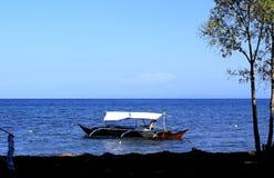 Position philippine de bateau de pêche en mer outre de la côte image libre de droits