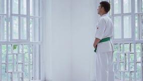 Position principale d'arts martiaux à la fenêtre dans le gymnase banque de vidéos