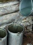 Position remplissante avec de l'eau photographie stock