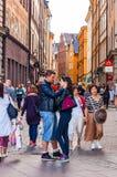 Position romantique de couples au centre de la rue médiévale serrée dans Gamla Stan, vieille ville de Stockholm photographie stock