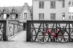 Position rouge isolée de vélo dans la rue typique à Stockholm photographie stock libre de droits