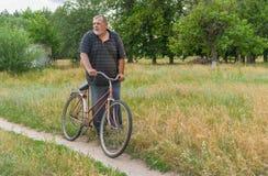 Position rurale supérieure sur une route de campagne avec la vieille bicyclette rouillée Images stock