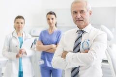 Position sûre d'équipe médicale à la clinique dentaire images libres de droits