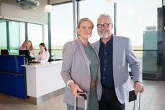 Position supérieure de couples d'affaires tandis que réceptionnistes travaillant dans A Image stock
