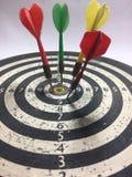Position sur la cible et la table basse colorée photographie stock