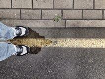 Position sur la rue jaune Image stock