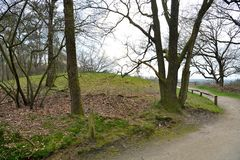 Position sur la sépulture antique à la montagne de Frisian photo libre de droits