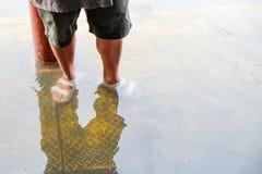 Position sur le peir avec de l'eau Images libres de droits