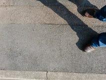 Position sur le trottoir Photographie stock libre de droits